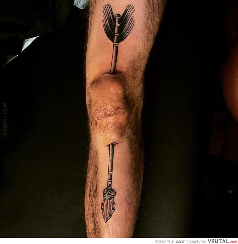 Vrutal Iba A Hacerse Un Tatuaje Pero Recibió Un Flechazo En La Rodilla